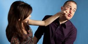 бить мужчину по лицу