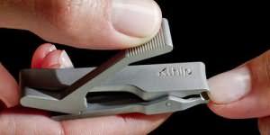 подстригать ногти другому человеку